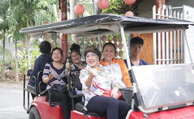 Đi xe điện tham quan vườn trái cây tại Phú An Khang