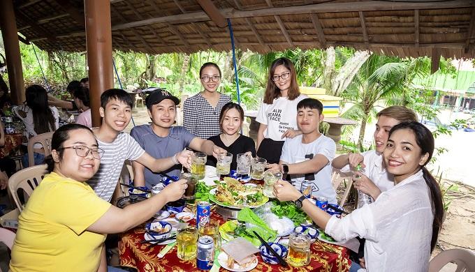 Đoàn dùng cơm trưa tại khu du lịch Lan Vương