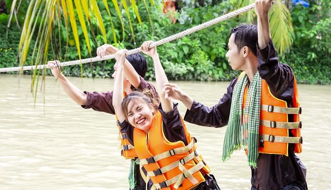 Đu dây văng qua sông tại Lan Vương