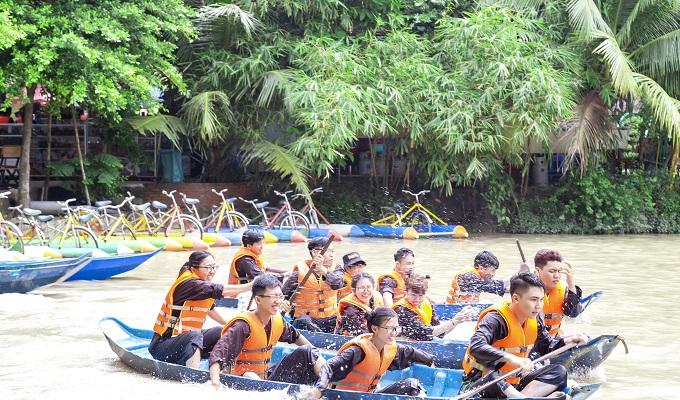 Đua xuồng chèo tại KDL Lan Vương