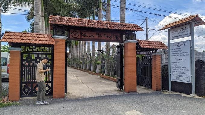 Cổng vào Điền Lan Thôn Trang