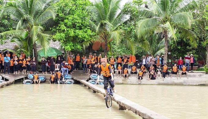 Chạy xe đạp qua cầu ván tại Lan Vương