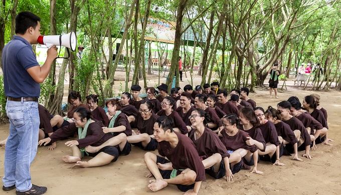 Quản trò chia đội khởi động trước khi tham gia các trò chơi dưới nước
