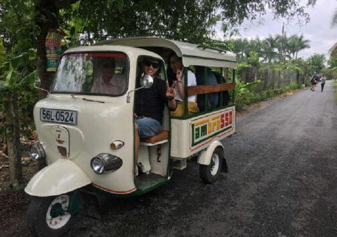 Sẵn sàng phục vụ khi du khách có nhu cầu trải nghiệm xe lam trong đường làng