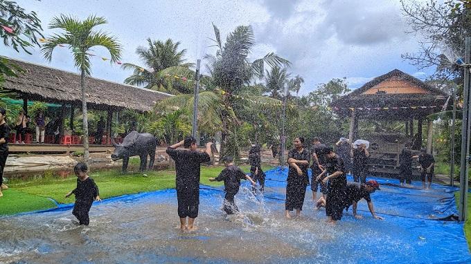 Tắm mưa nhân tạo tại Phú An Khang