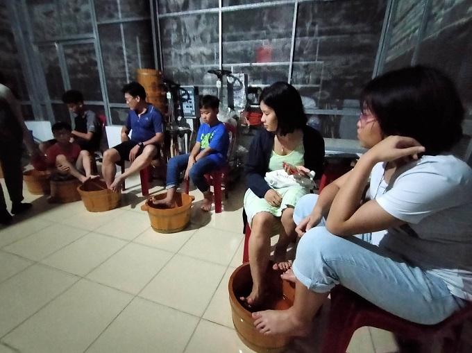 Trải nghiệm ngâm chân dược liệu tại Cánh Đồng Bất Tận