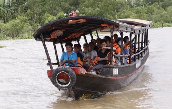 Thuyền du lịch trên sông tại Điền Lan Thôn Trang
