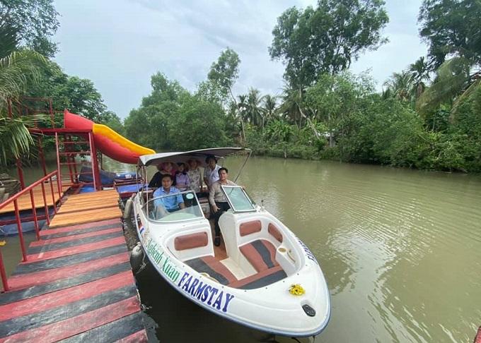 Cano tham quan sông nước tại Nghênh Xuân