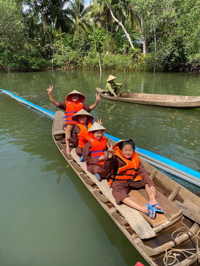 Trải nghiệm bơi xuồng ba lá trên sông