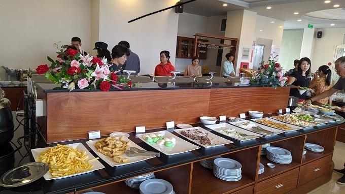 Đoàn dùng Buffet sáng tại nhà hàng