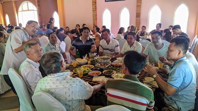 Đoàn dùng cơm tại nhà hàng
