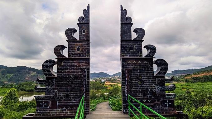 Chụp ảnh với cổng trời tại Mê Linh Coffee