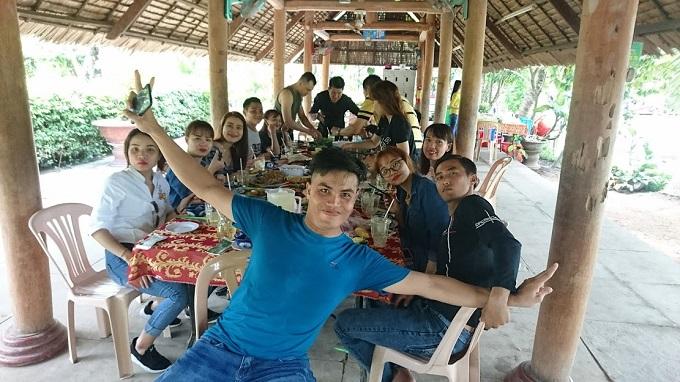 Đoàn dùng cơm trưa tại Lan Vương