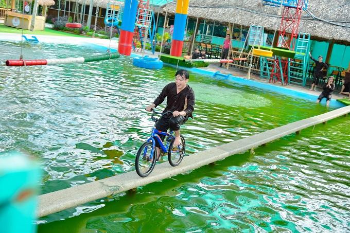 Chạy xe đạp qua cầu tại Làng Xanh Bến Tre