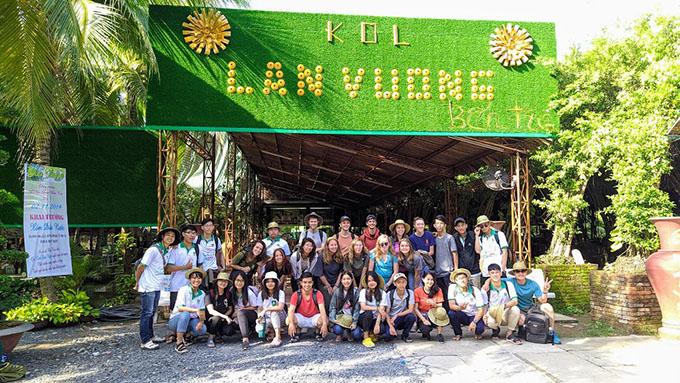 Chụp ảnh check-in tại khu du lịch Lan Vương