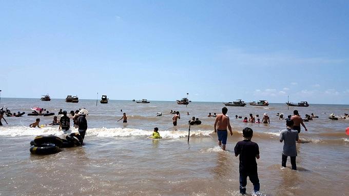 Du khách tắm biển phù sa Bến Tre - Biển Cồn Bửng