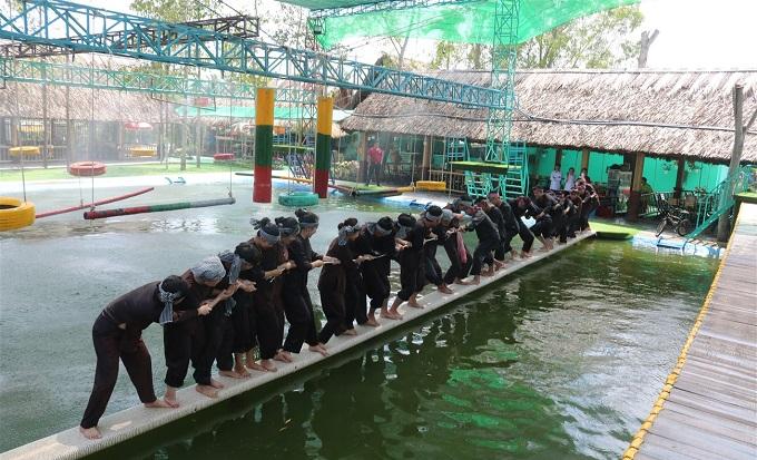 Kéo co trên cầu ván tại khu du lịch Làng Xanh
