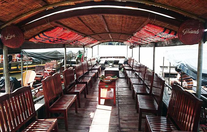 Tàu được trang bị đầy đủ bàn, ghế, dàn âm thanh phục vụ du khách