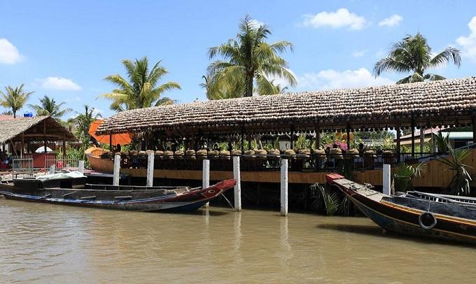 Tàu du lịch tham quan sông nước tại khu du lịch Hạ Thảo Bến Tre