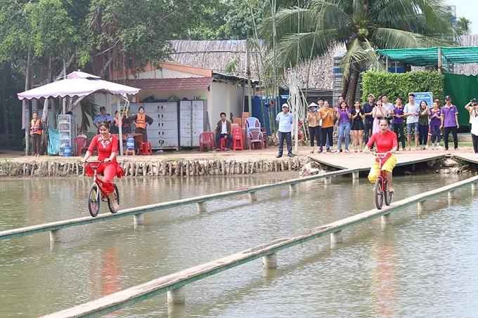 Thi chạy xe đạp qua cầu ván tại khu du lịch Cồn Phụng Bến Tre