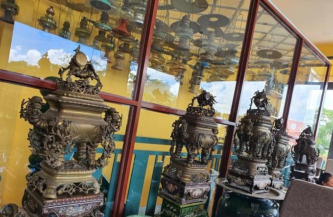Các cổ vật được trưng bày và sắp xếp ở hầu hết các không gian quán
