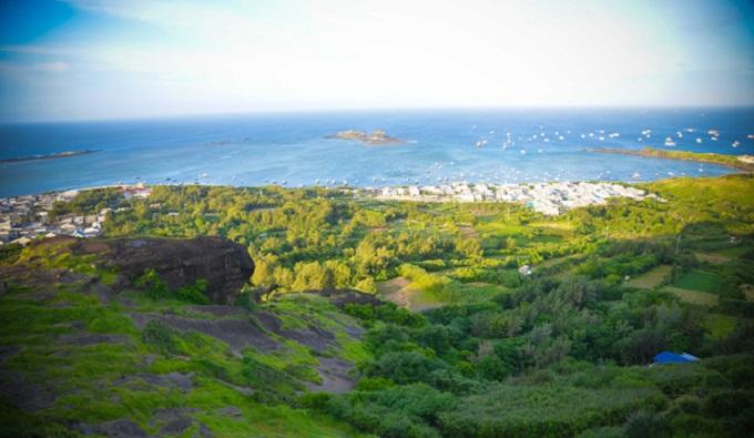 Một góc đảo Phú Quý nhìn từ Linh Sơn Tự