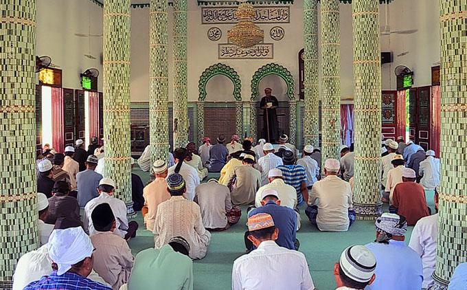 Người Chăm tề tựu về thánh đường Mubarak để hành lễ theo nghi thức của đạo Hồi