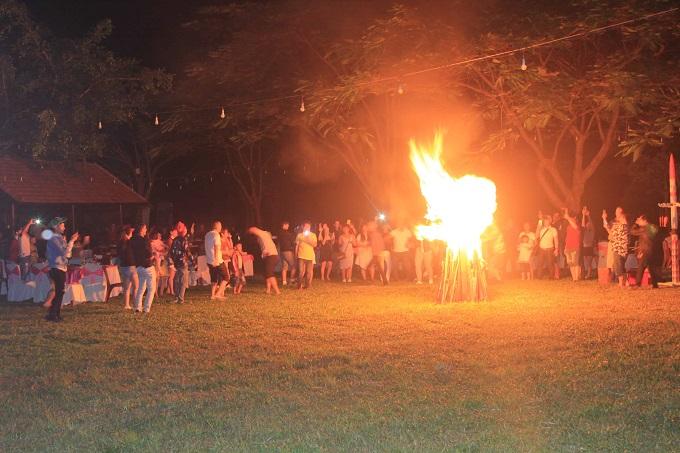 Sinh hoạt lửa trại tại khu du lịch Kotam