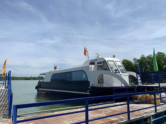 Tàu khứ hồi đưa rước du khách ra khu du lịch Đảo Ó - Đồng Trường