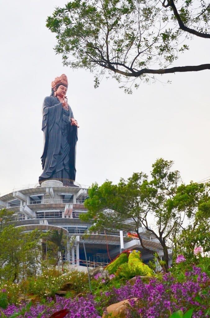 Tượng Phật Bà Quan Âm đang được hoàn thiện trên đỉnh núi Bà Đen