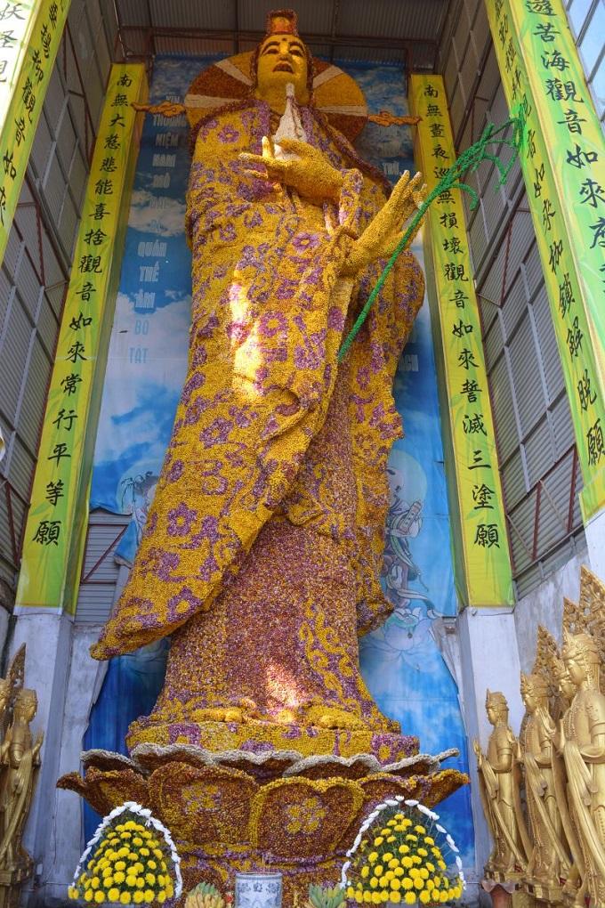 Tượng Phật Quan Thế âm Bồ Tát làm bằng hoa bất tử tại Chùa Linh Phước