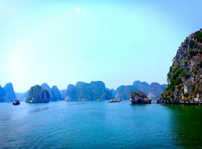 Vịnh Lan Hạ với hàng trăm đảo đá lớn nhỏ đẹp hùng vĩ, nên thơ