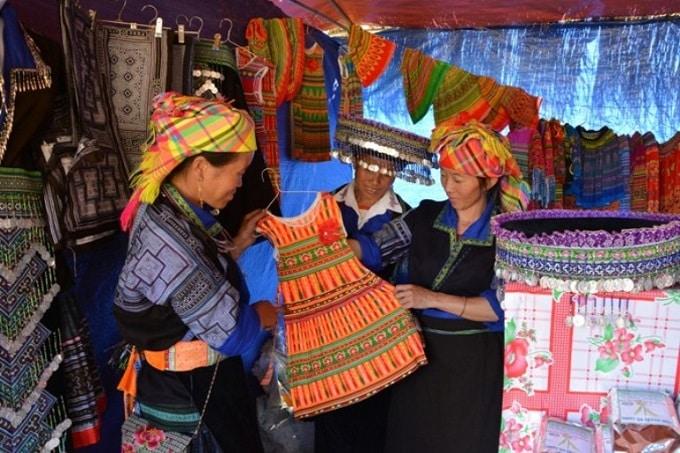 Phiên chợ vùng cao trưng bày rất nhiều sản phẩm thổ cẩm của đồng bào dân tộc Mông