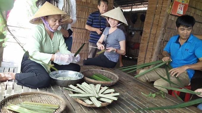 Thưởng thức và trải nghiệm làm bánh lá ở Cồn Chim