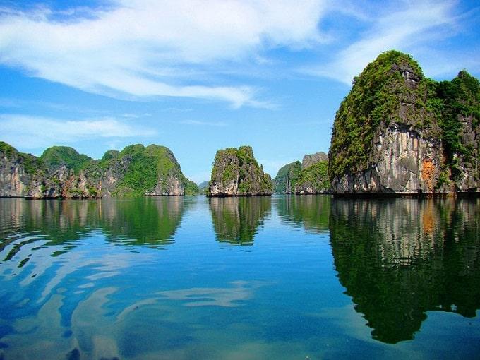 Các ngọn núi đá vôi có độ cao trung bình là 150m, cao nhất là đỉnh Cao Vọng cao 322m so với mặt nước biển, Quần đảo Cát Bà là địa điểm tham quan du lịch hấp dẫn du khách trong và ngoài nước,  Du lịch Cát Bà 2021