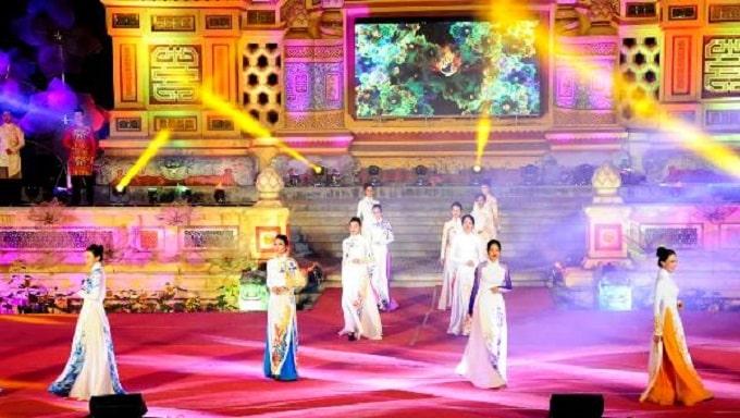 Chương trình nghệ thuật trình diễn các nhạc loại nhạc cụ và áo dài duyên dáng Việt Nam