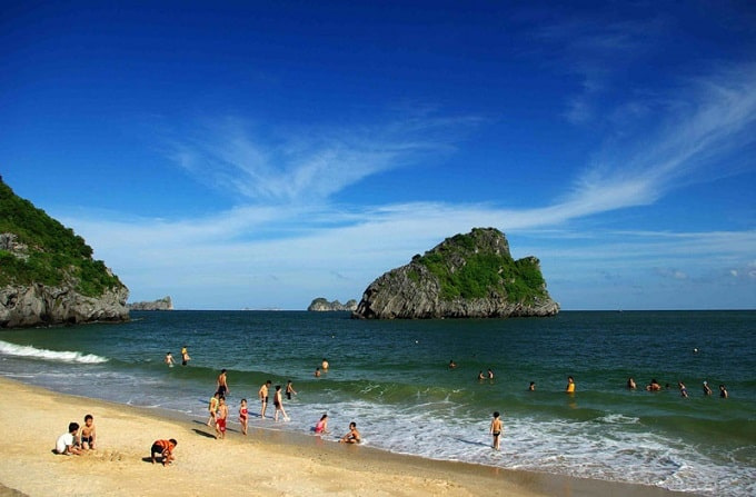 Phía Đông Nam của đảo có vịnh Lan Hạ, phía Tây Nam có vịnh Cát Gia. Một số bãi cát nhỏ nhưng sạch, sóng không lớn thuận tiện cho phát triển du lịch tắm biển, nghỉ dưỡng, Quần đảo Cát Bà là địa điểm tham quan du lịch hấp dẫn du khách trong và ngoài nước,  Du lịch Cát Bà 2021
