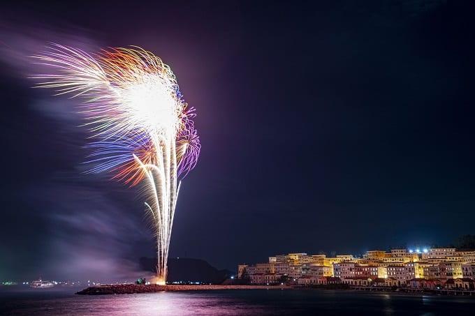 Bắn pháo hóa đêm giao thừa 2021 tại Thị Trấn Địa Trung Hải thu hút hàng nghìn du khách