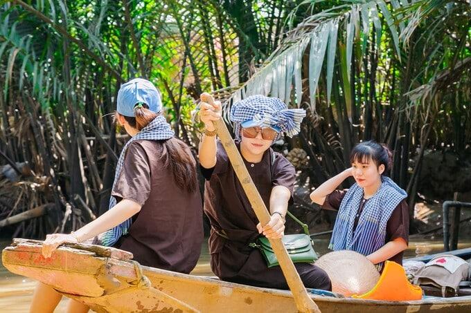 Bơi xuồng ba lá trên rạch dừa nước