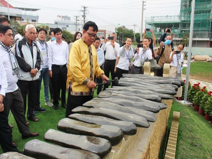 Kỷ lục gia - Nghệ nhân Trương Đình Chiếu biểu diễn đàn đá tại Công viên Bến Tre
