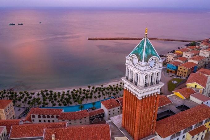 Tháp đồng hồ Central Village ở trung tâm Thị trấn Địa Trung Hải