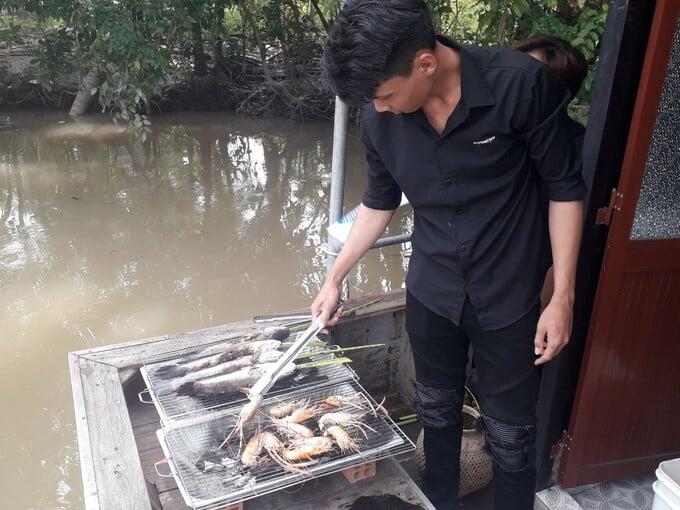 Tự tay nướng BBQ trên sông thật mới mẻ và thú vị
