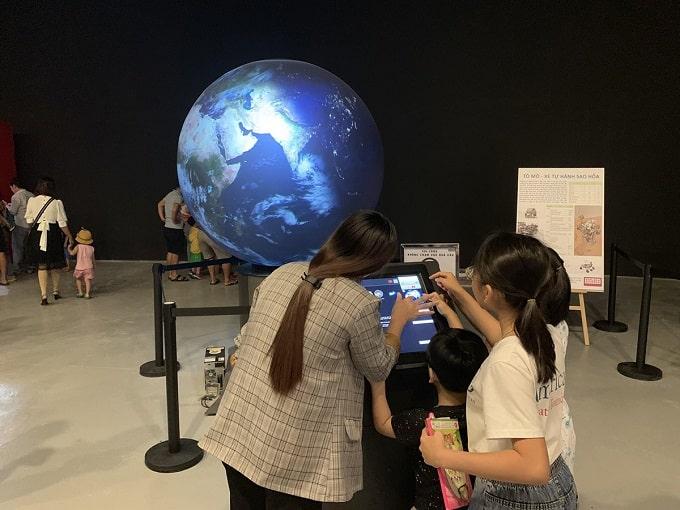 Các em nhỏ học kiến thức địa lý trực quan trên quả cầu chiếu hình Globocess