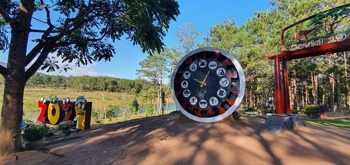 Chiếc đồng hồ lớn được đặt ngay cổng vào Công Viên Covid-19