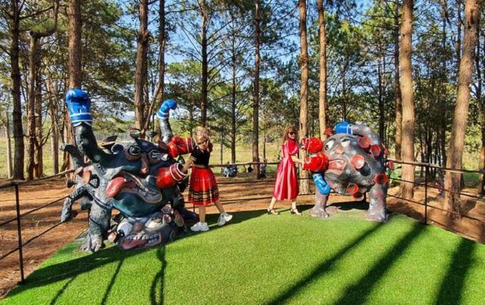 Công viên Covid-19 hấp dẫn du khách gần xa đến tham quan và chụp ảnh lưu niệm