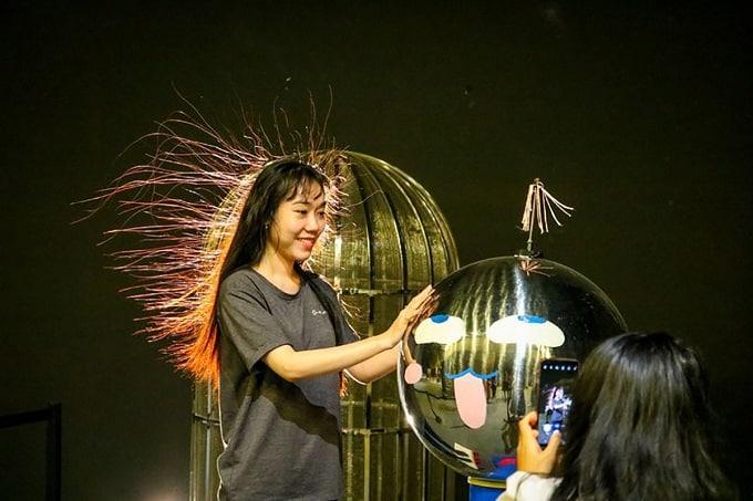 Du khách thực hiện thí nghiệm điện và tĩnh điện trong tour du lịch