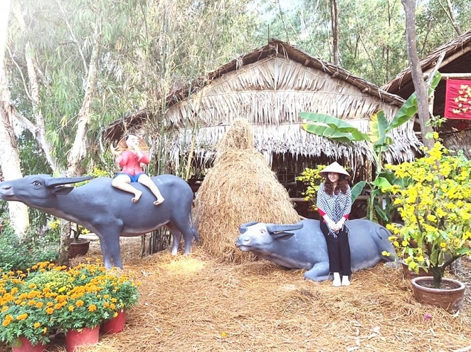 Khung cảnh miền quê được tái hiện chân thực và sống động tại khu du lịch Rừng Tràm Trà Sư