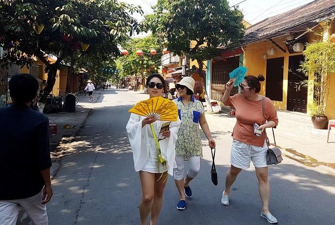 Những ngày Tết, tiết trời nắng ấm, Phố đi bộ Hội An thu hút khách tham quan