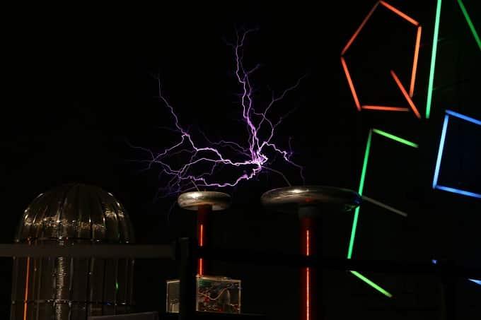 Thí nghiệm tạo ra sấm, chớp từ tia lửa điện 500kV của máy Tesla Coil