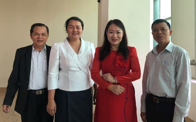 Bà Vongphan Phomphiphack Bí thư thứ hai đặc trách Văn hóa Tổng lãnh sự Lào (Thứ 2 từ trái) - Ảnh KN